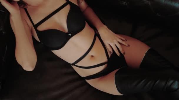 Forró szexi gyönyörű érzéki szőke nő tökéletes karcsú testtel pózol fekete bőr fehérnemű