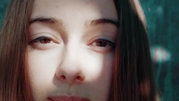 Mladá krásná žena s stíny na obličeji s dlouhé červené vlasy a modré tričko