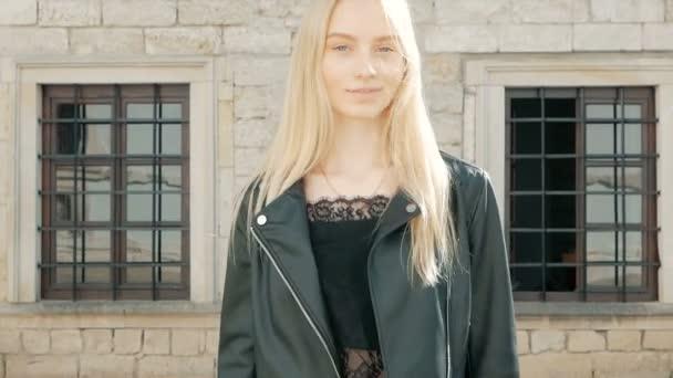 divat, kék szeme és szőke haj, a bőr kabát kint egy gyönyörű fiatal nő portréja