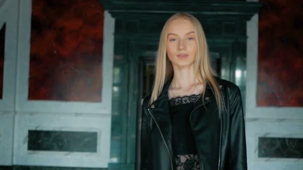 Módní portrét krásné mladé ženy s modré oči a blond vlasy v kožené bundě vnitřní