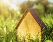 Dřevěný dům. Abstraktní pozadí energetické úspory a ekologické stavby