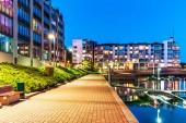 Koncept domu budovy a městské výstavby: večerní venkovní městské pohled domů okres moderních rezidenčních nemovitostí
