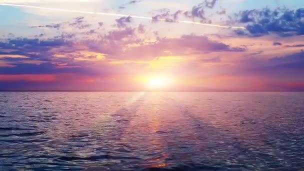 Tramonto scenico al tropical resort mare o oceano con onde di acqua e luce del sole rosso in cielo drammatico con le nubi maestose