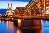 Szenischer Sommerabend bei Sonnenuntergang Blick auf die hohenzollerische Eisenbahnbrücke über den Rhein und die gotische Domkirche in der Altstadt von Köln oder Köln, nrw, Deutschland