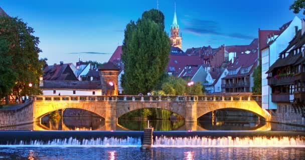 malerische Sommernachtansicht der Brücke über die Pegnitz in der Altstadt von Nürnberg, Bayern, Deutschland