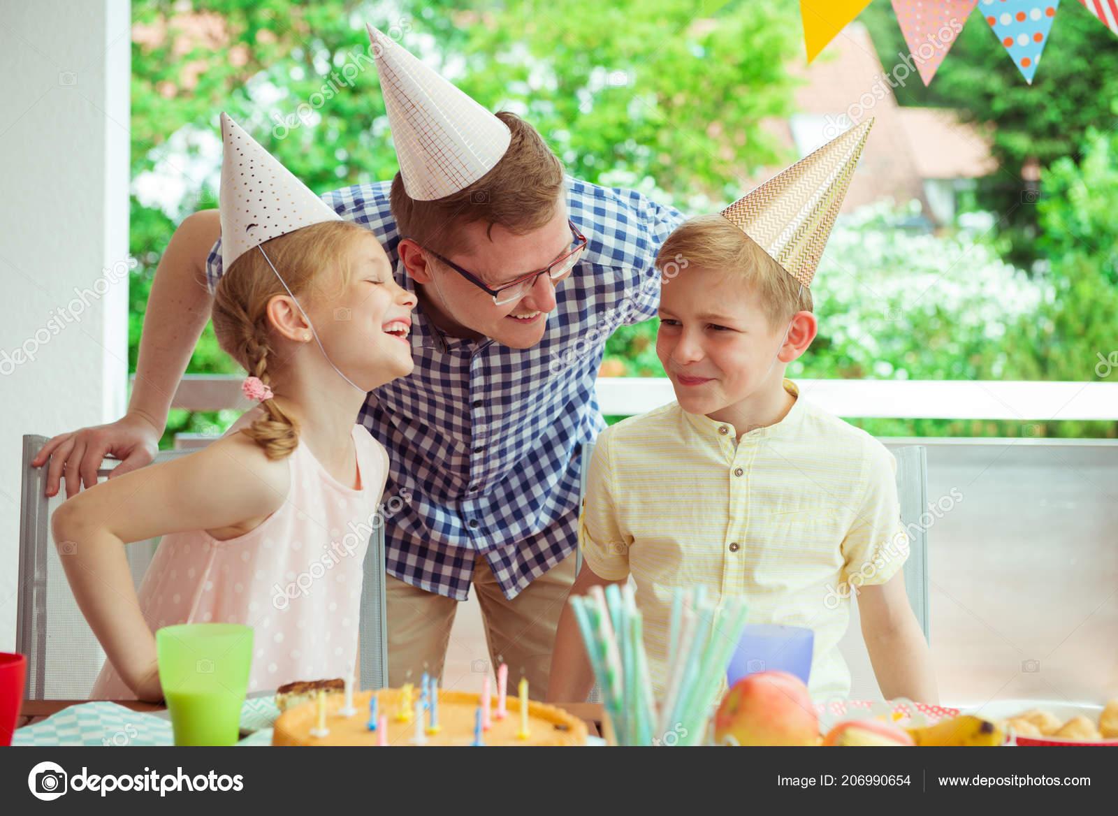 Retrato Familia Joven Feliz Celebrar Cumpleaños Colorida