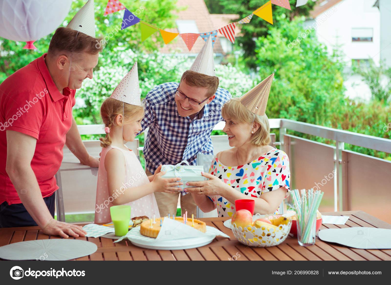 Retrato Abuelos Felices Celebrando Cumpleaños Con Nieta