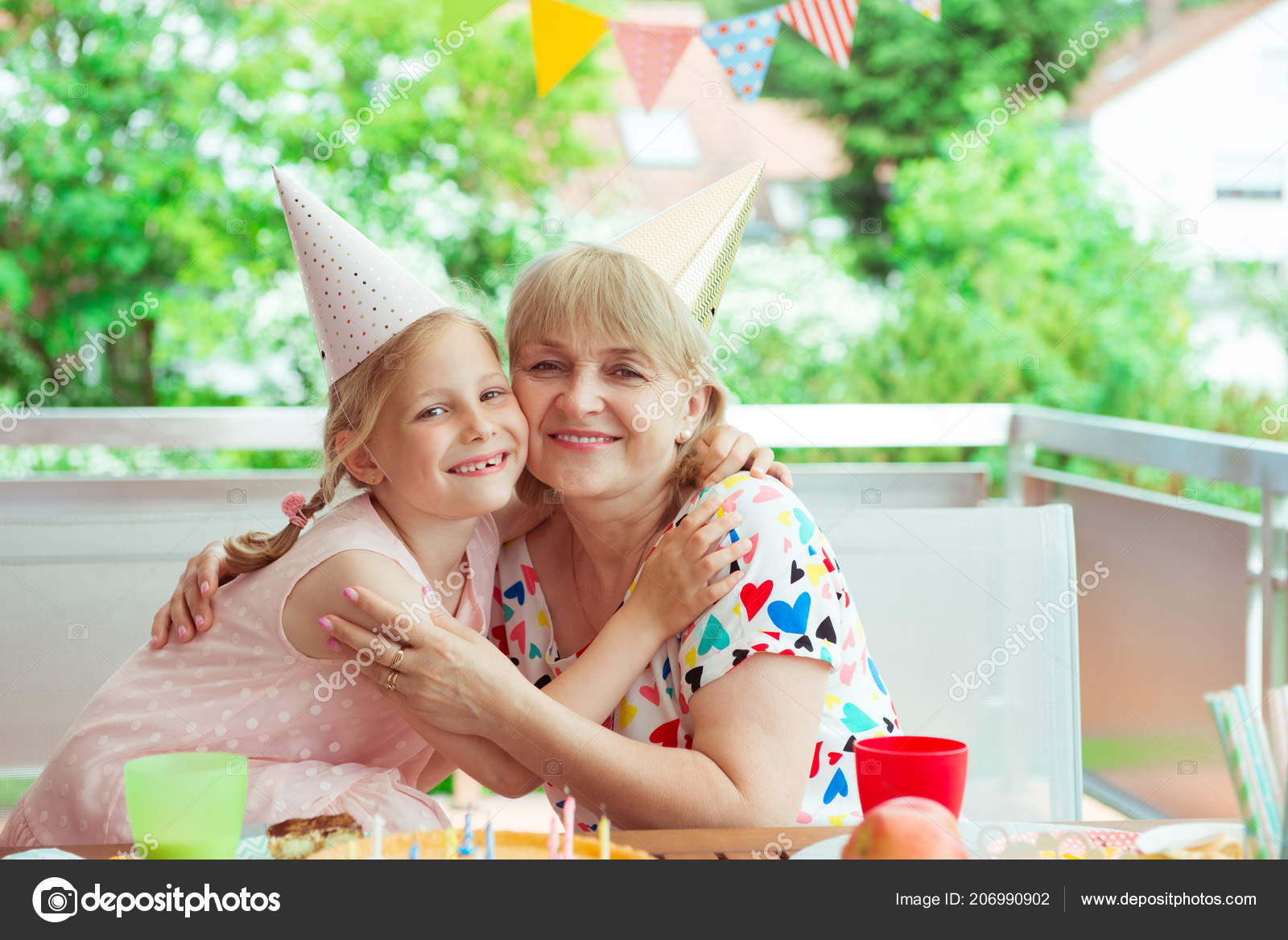 Retrato Abuela Feliz Abraza Nieta Fiesta Cumpleaños Terraza