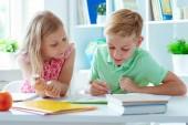 Roztomilý školáci se vrátil do školy a učení u stolu v učebně