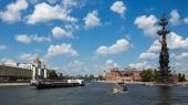 Moskva, Rusko - 19. června 2018: Obejít kanál řeky Moskvy a námořní památník ruského cara Petra Velikého