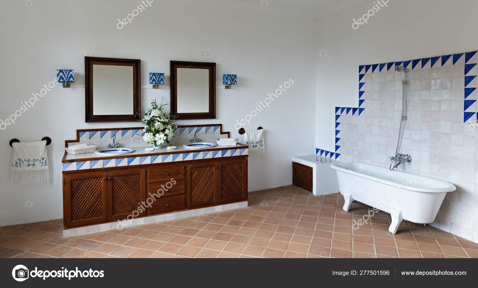 Salle de bains dans le modèle espagnol — Photo éditoriale ...