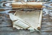 Vintage-Papier Schriftrollen leeres Dokument Plume auf Holzbrett