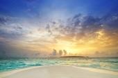 tropický ostrov Maledivy s bílou písčitou pláží a moře