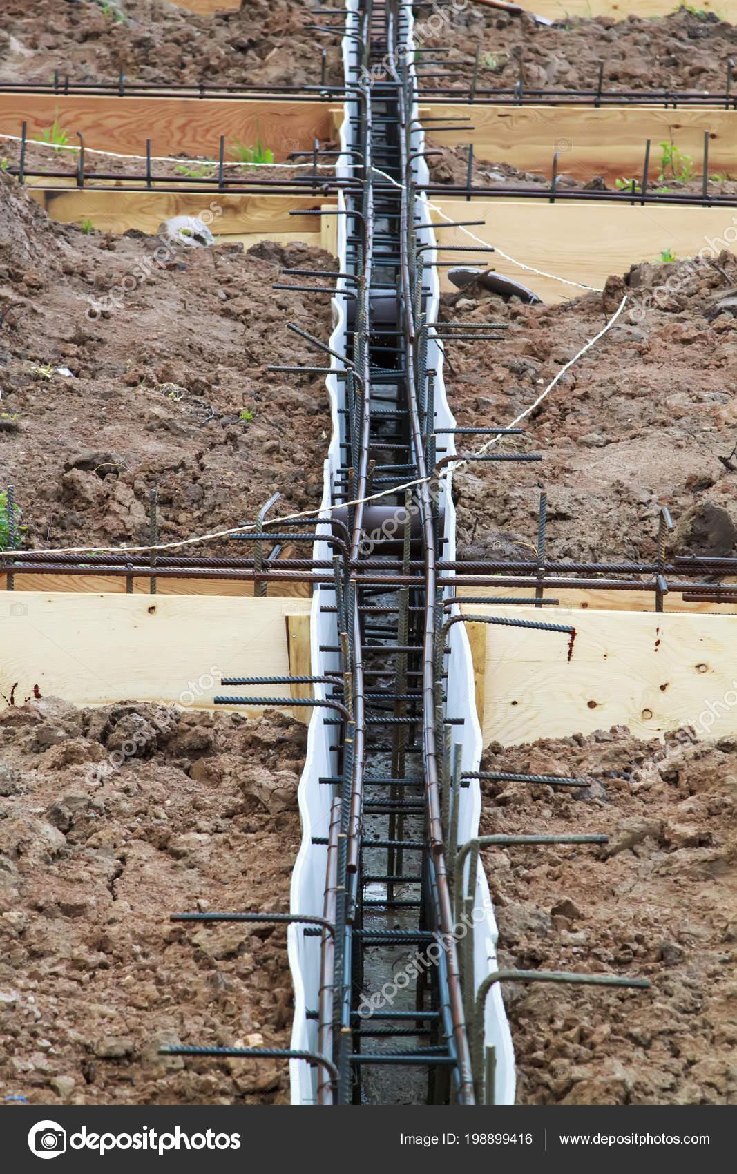 Bewehrung Von Beton Mit Metallstangen Durch Draht Und Holzernen
