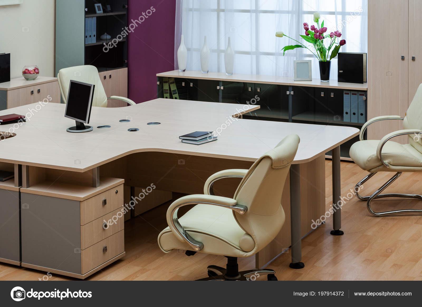 Nieuwe monitor een bureau een modern kantoor u stockfoto igterex