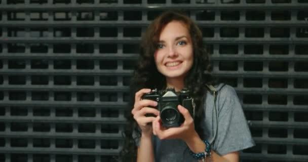 Dospívající dívka s Foto od Vintage Film fotoaparát přední kovové mřížky plot