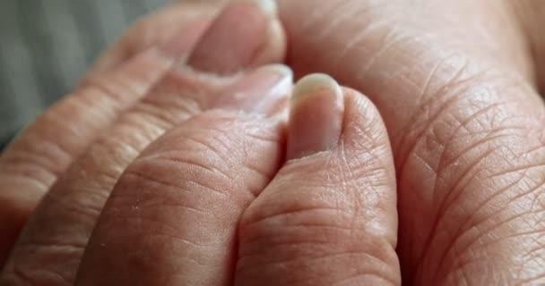 Starší žena otevřít její dlaň a jsme vidět sada tablety. Některé pilulky na dlani stará žena. Makro snímek.