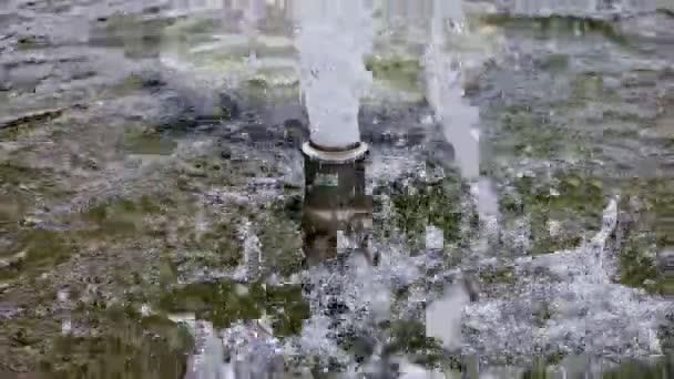 Voda vylévá fontány jat a stříkající nad vodní hladinou