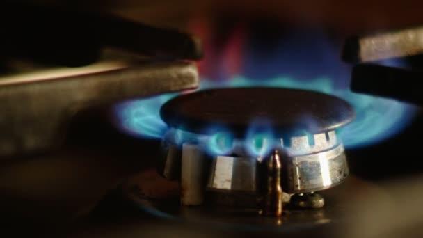 Detailní záběr na plamen zemního plynu v hořáku. Spalování plynu v kuchyni plynový sporák.