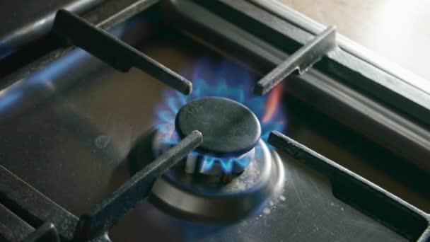 hořící plynový sporák