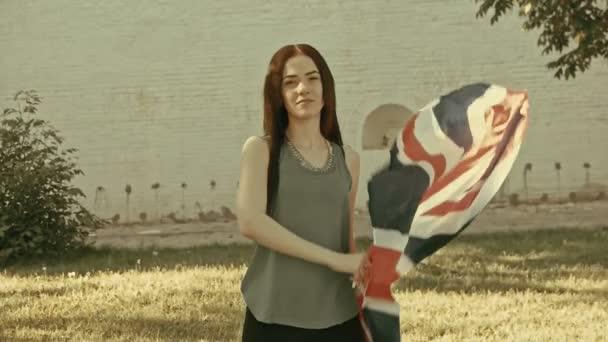 Holka mává Union Jack v Retro barvách
