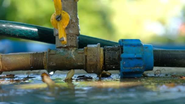 Únik vody. Kapky vody z zavlažování v zahradě