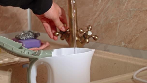 Vylévání vody v konvici