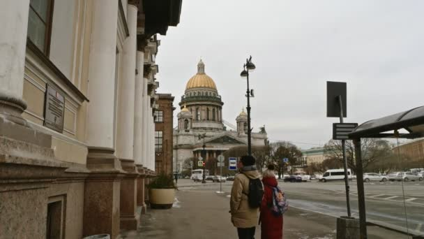 Petrohrad Rusko, 3. března 2019: Heterosexuální dvojice turistů kráčejících směrem ke katedrále sv. Izáka