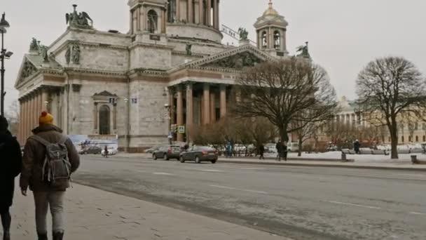 Petrohrad Rusko, 3. března 2019: Pár procházky po ulici u katedrály sv. Izáka