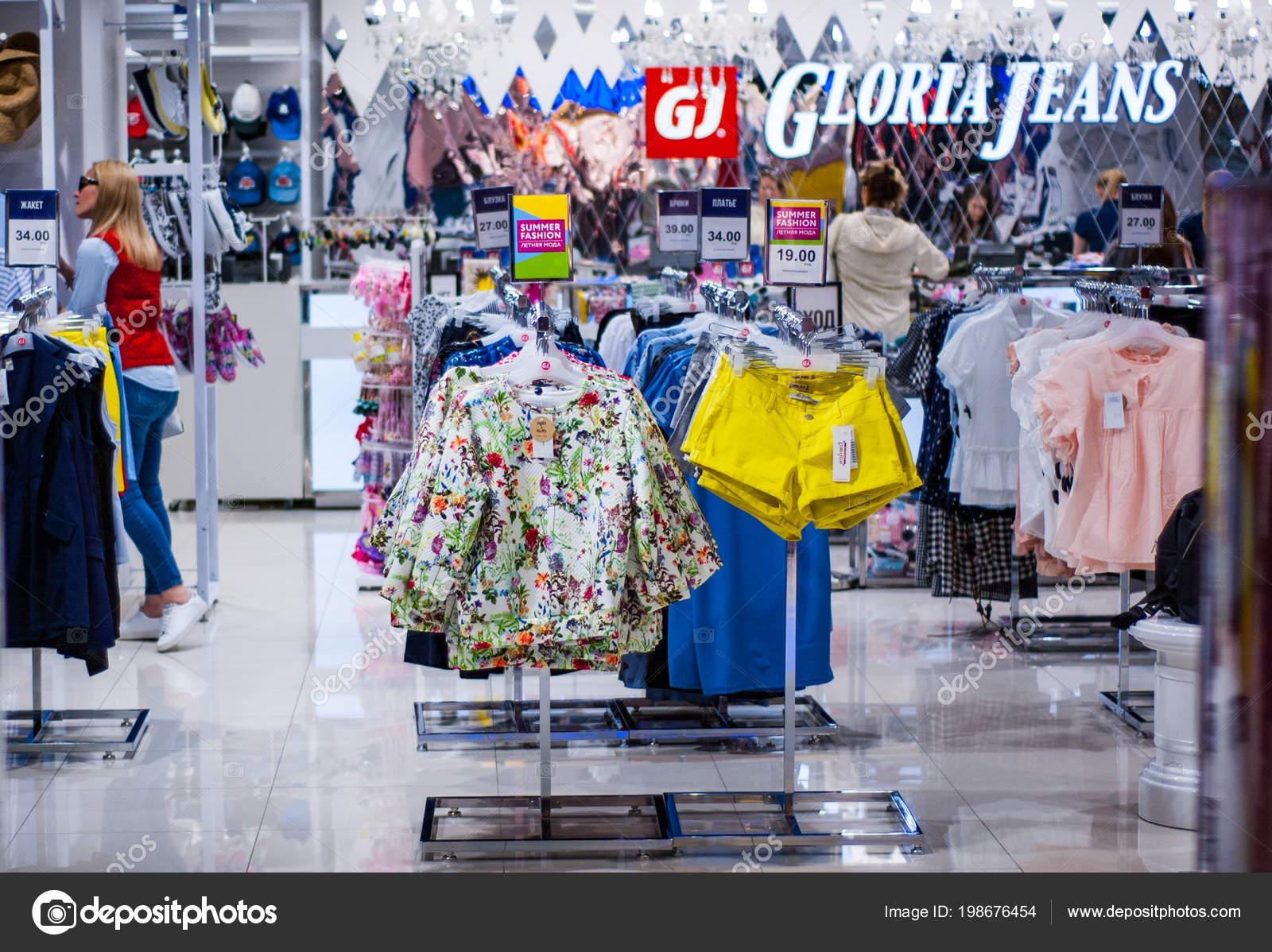 Minsk Bielorrusia Junio 2018 Venta Dentro Tienda Ropa Centro ... 8a4cbe7439e