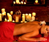 Masáž ženy ve spa salonu. Standardní vnitřní orientální terapie