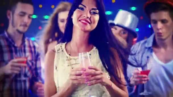Noční život dívky tanec a pití šampaňského v nočním klubu
