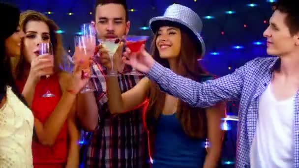 Diskothekenbesucher tanzen und trinken gemeinsam in Nachtbar