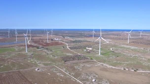 Turbine eoliche per la generazione di energia elettrica. Stazione di energia per la produzione di energia pulita dal vento. Vista aerea di un parco eolico. Concetto di energia rinnovabile