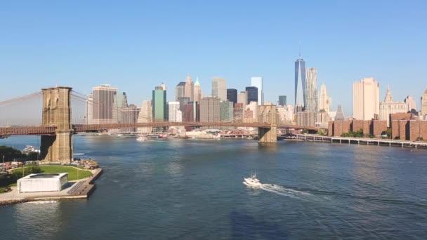 New York, Brooklyn Bridge a centra Panorama na slunečný den. Slavný most s moderní mrakodrapy na pozadí ve městě New York