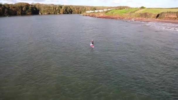 Muž dělá sport, prkno, u moře, letecký pohled
