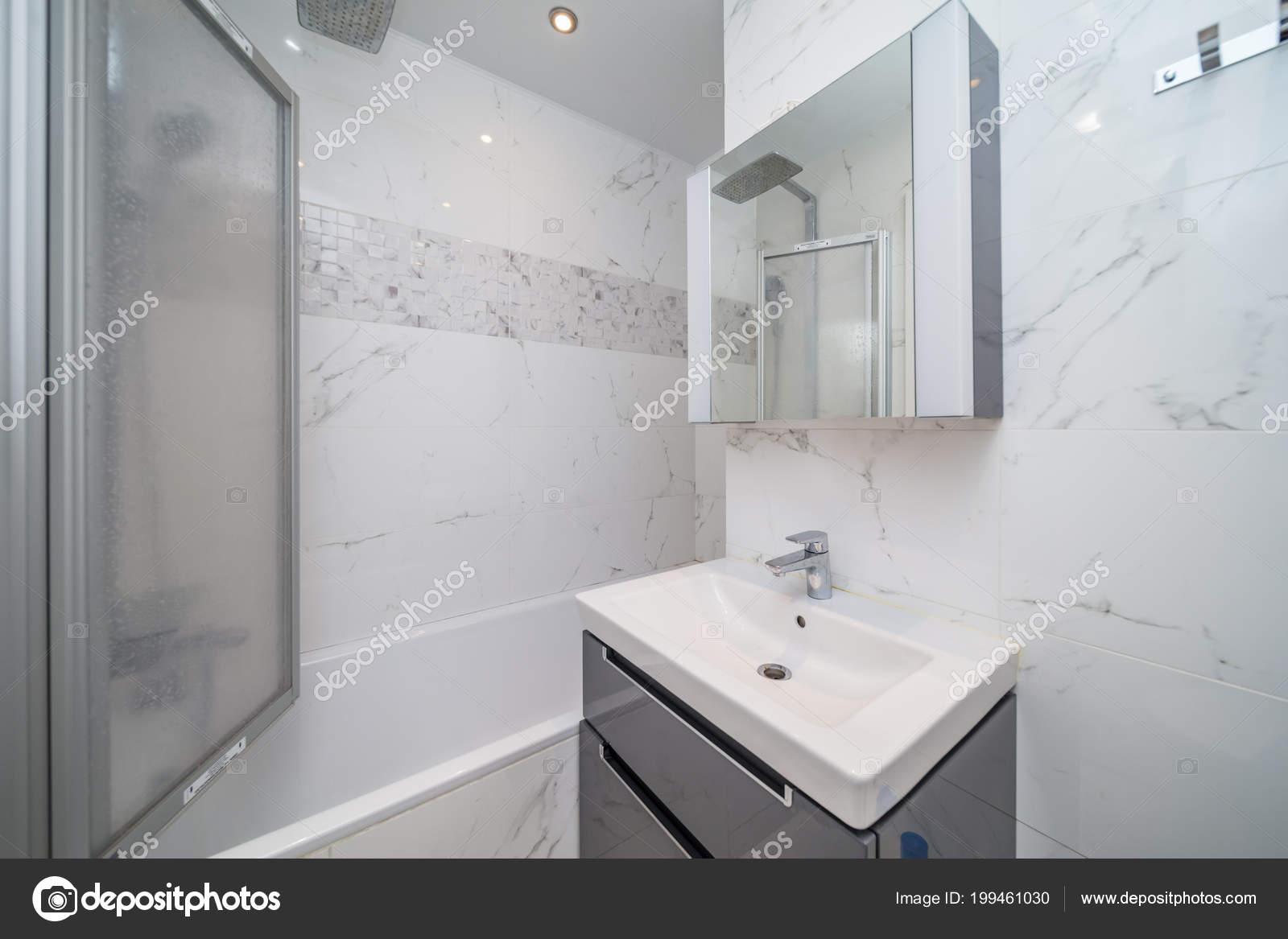 carrelage beige petite salle bains avec baignoire lavabo photographie olgasweet 199461030. Black Bedroom Furniture Sets. Home Design Ideas
