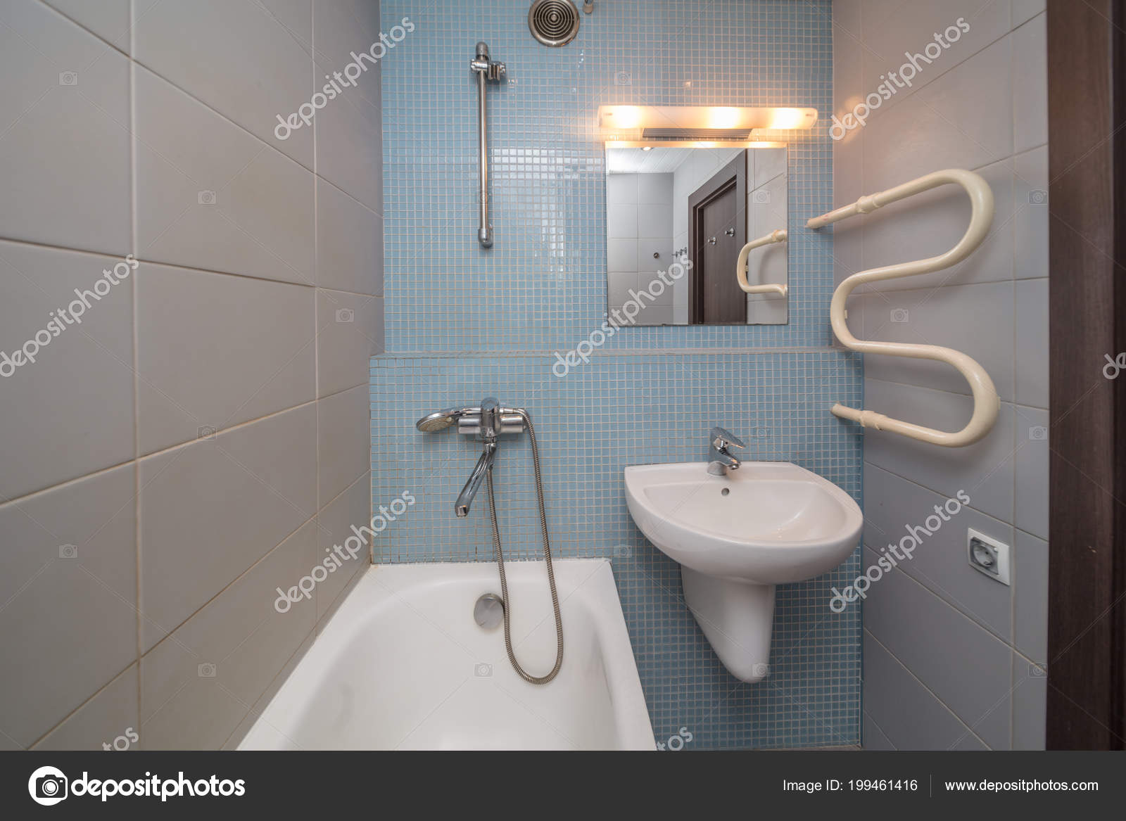 Azulejo Gris Pequeño Cuarto Baño Con Bañera Lavabo — Fotos de Stock ...