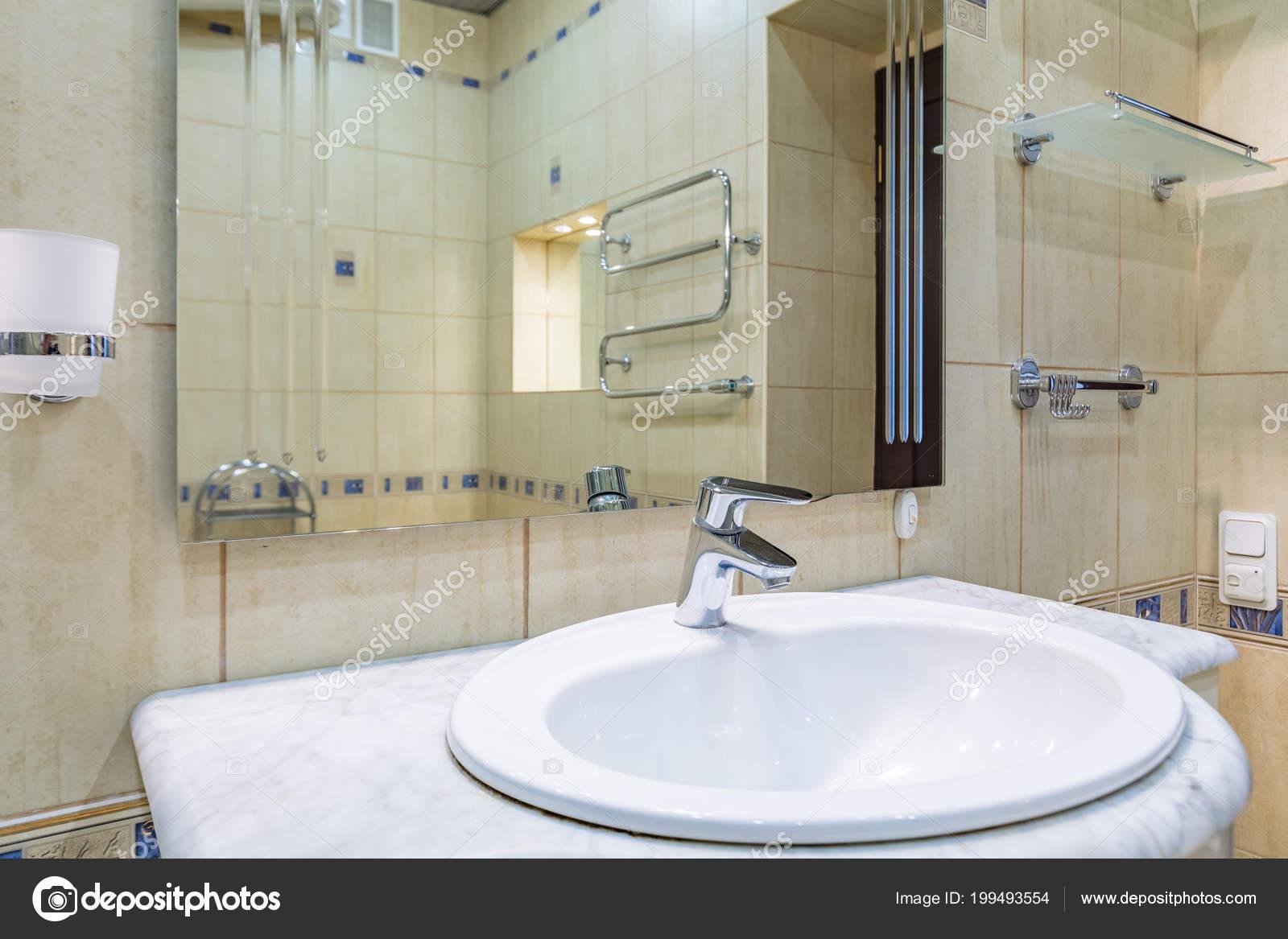 Nahaufnahme Eines Modernen Armatur Und Keramik Waschbecken Bad ...