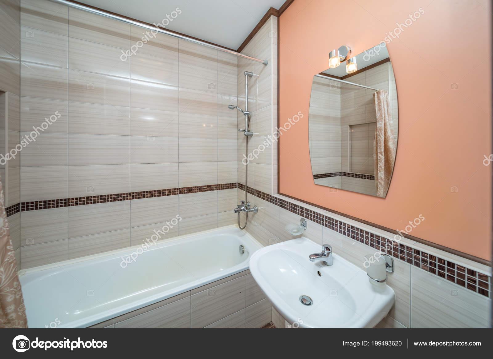 Carrelage Beige Petite Salle Bains Avec Baignoire Lavabo ...