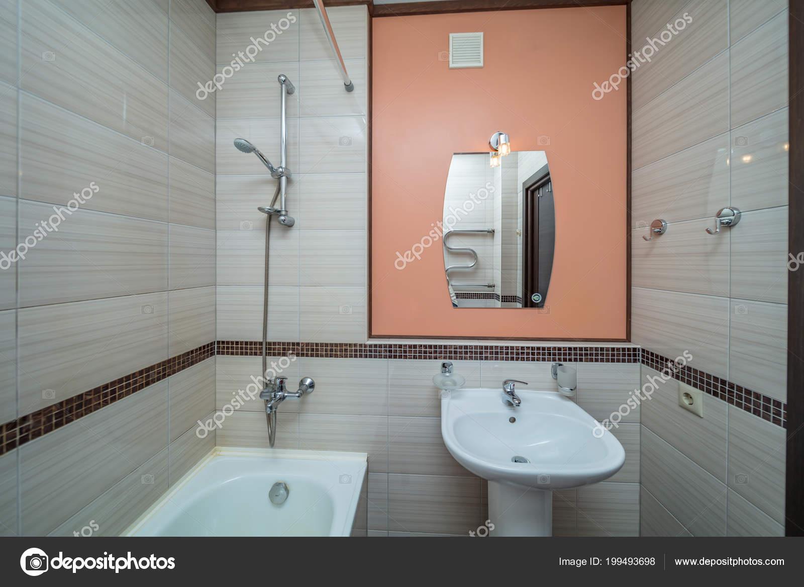 Piastrelle beige piccolo bagno con vasca lavandino u2014 foto stock