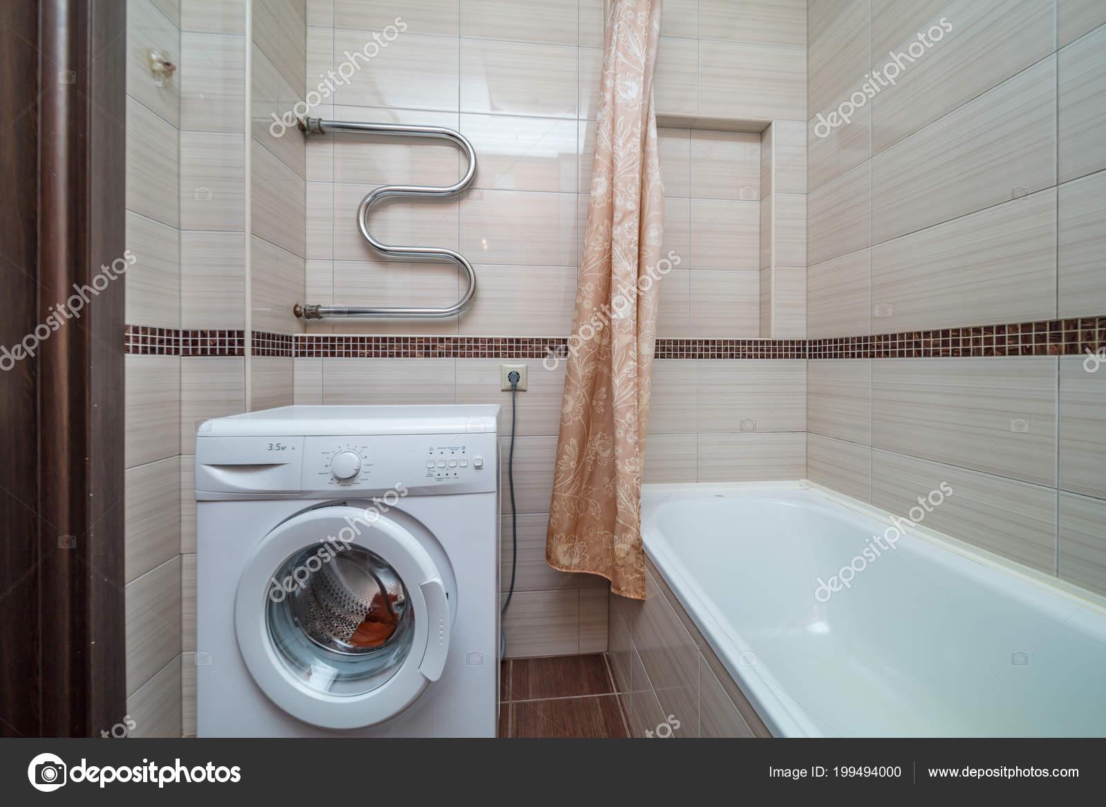Bagno Beige Piccolo : Piastrelle beige piccolo bagno con lavandino tubo vasca bagno