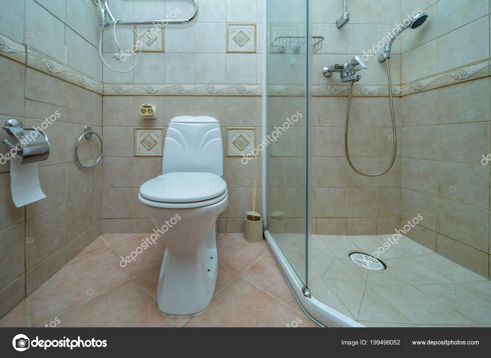 Schüssel Kleines Bad Mit Dusche Raum Mit Braunen Fliesen ...