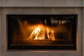 Fotografie krb s ohněm v moderním interiéru