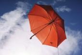 Fotografie Regenschirm fliegen auf einem blauen Himmel