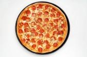 Da Pepperoni pizza su fondo bianco