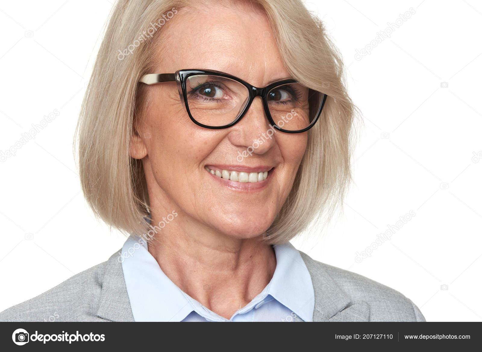 e3048fd02d Όμορφο Ανώτερων Γυναίκα Γυαλιά Είναι Toothy Χαμόγελο Ξανθιά Γριά Που —  Φωτογραφία Αρχείου