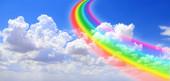 Bílé mraky na modré obloze a barevná duha. Horizontální letní přírodní prapor s duhou