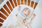 Fotografie Entzückende Babymädchen in Co-Schläfer Bettchen befestigt, Bett der Eltern schläft. Kleines Kind mit einem Tag im Kinderbett schlafen. Kleinkind Kind in sonnigen Kindergarten