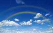 A világos szivárvány az égen